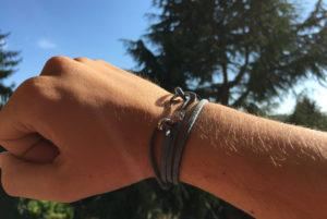 braccialetto-amo-da-pesca-alcantara-azzurro-indossato